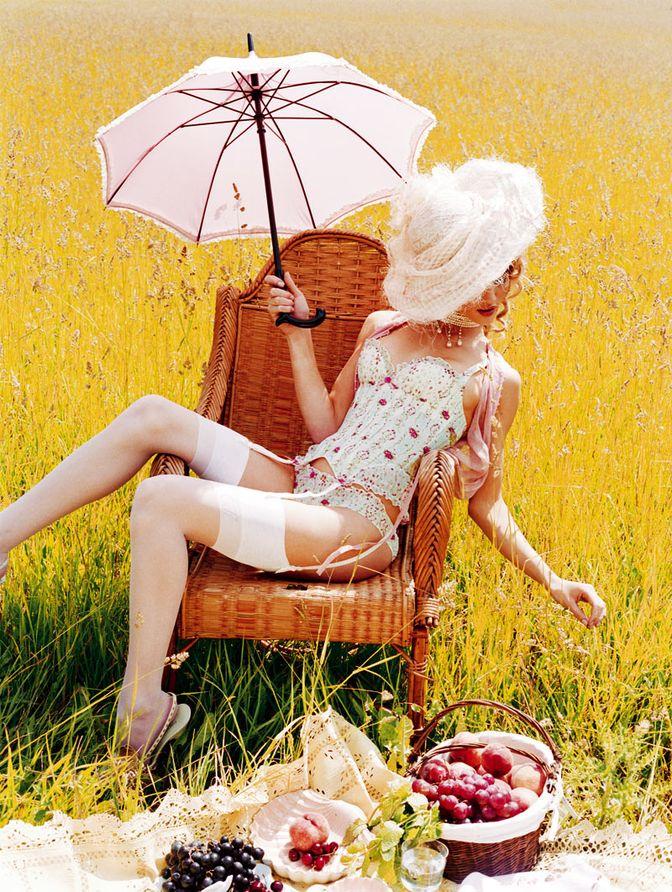 Роузи Хантингтон-Уайтли и Мелисса Роуз Харо в 2006 году в рекламе марки белья Chantal Thomass