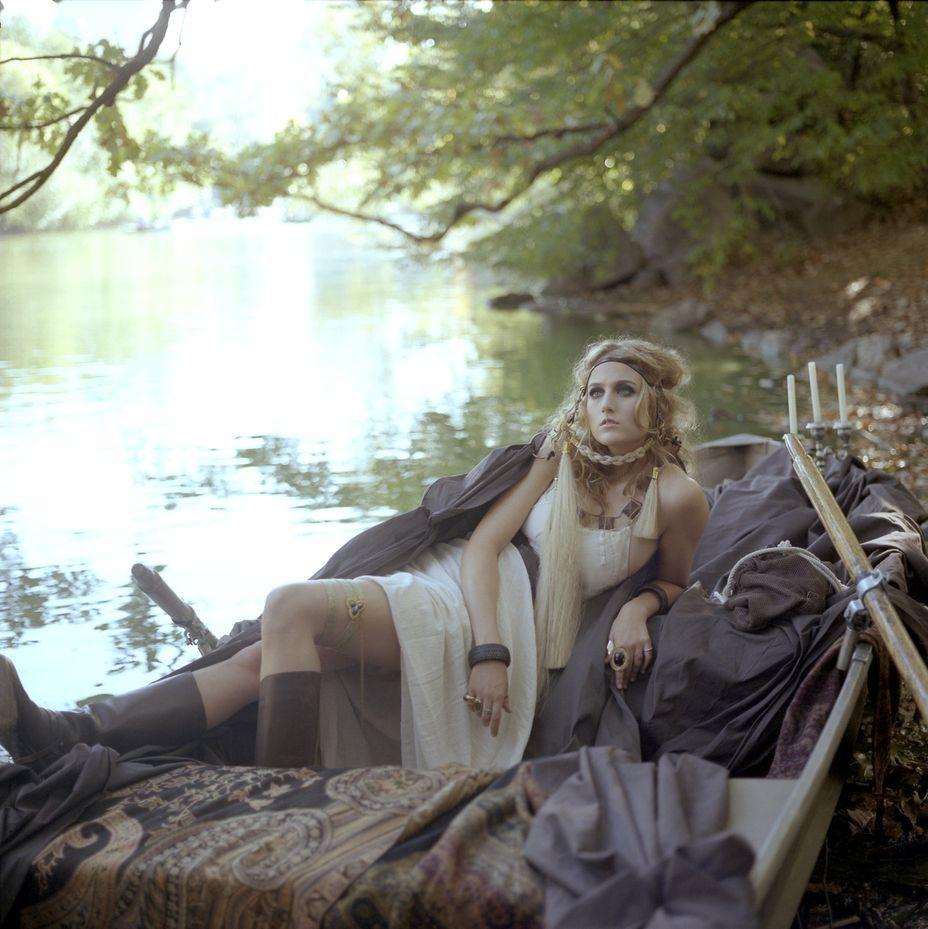 Лили Собески в фотосессии для журнала Swoon